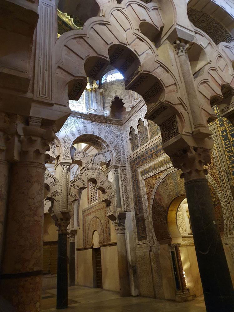 Caminin mihrabının bulunduğu bölüm