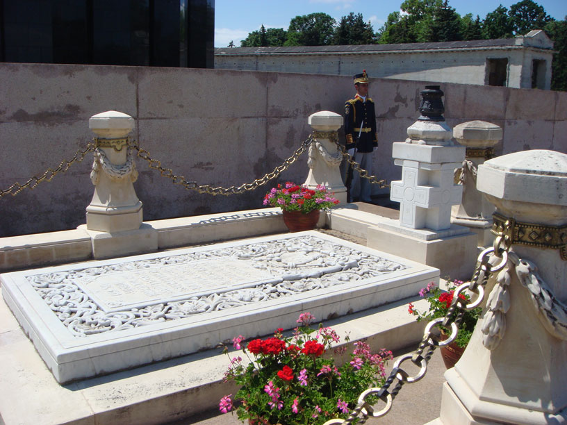 Bükreş Özgürlük Parkı'nda Meçhul Asker Anıtı