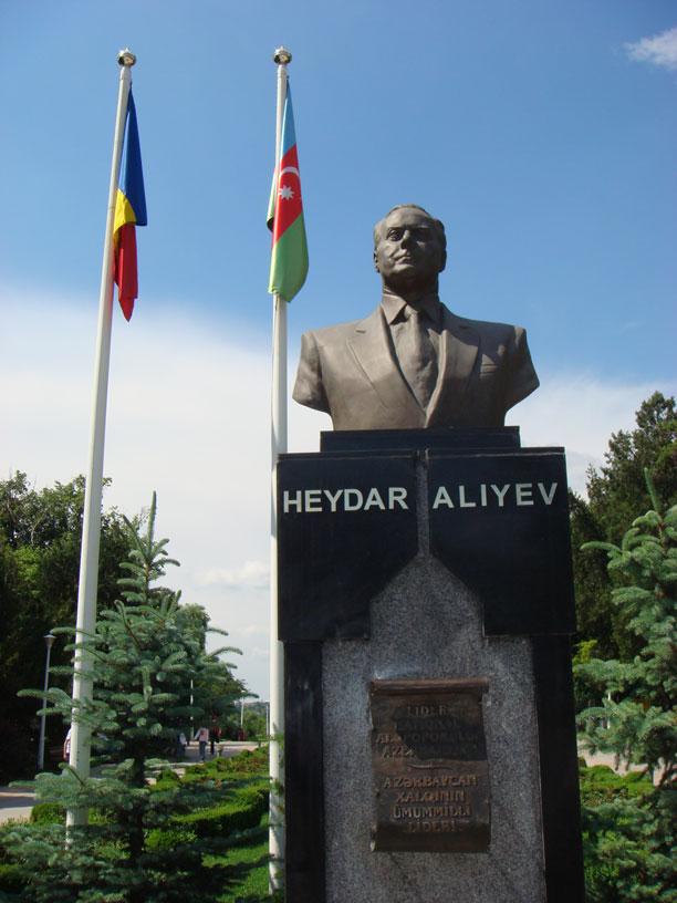Tei Parkı'nda Haydar Aliyev'in büstü