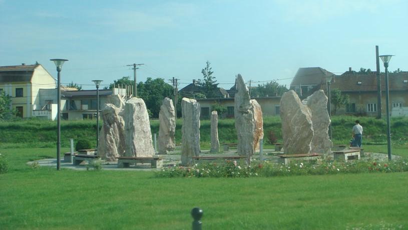 Uzinei (Bitki) Parkı'nda İngiltere'deki Stonehenge'i andıran taşlar