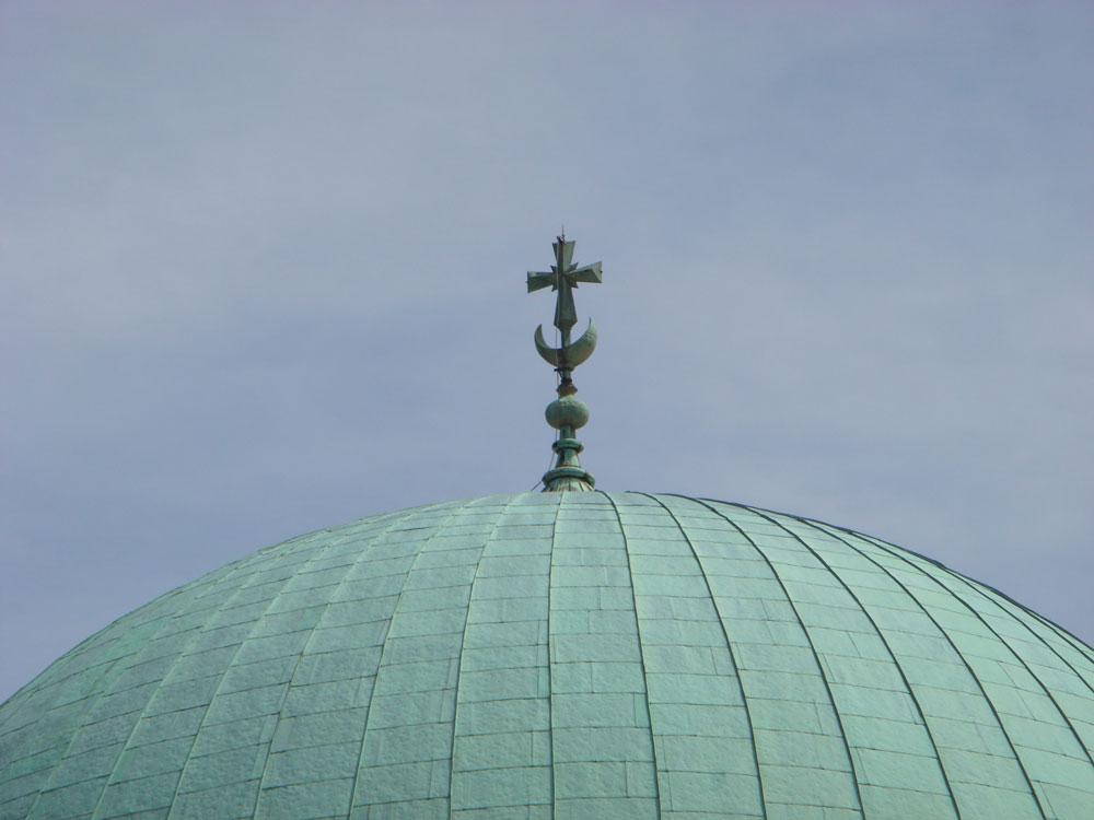 Peç'te Gazi Kasım Paşa Camii'nin alemine eklenen haç