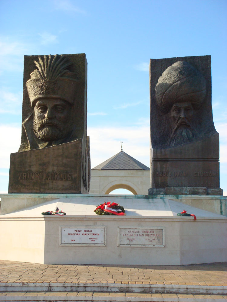 Miklós Zrínyi ile Kanuni'nin büstleri