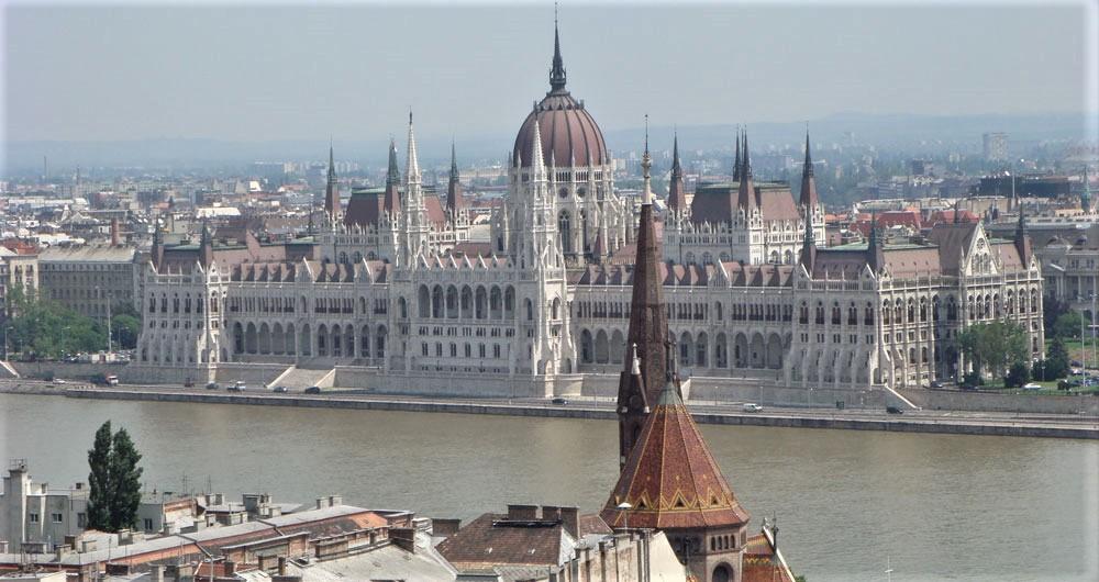 Tuna kıyısında Macaristan Parlamento binası