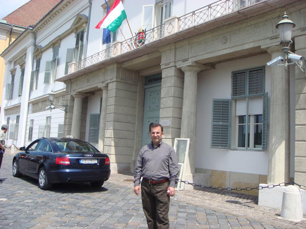Burası Macaristan Cumhurbaşkanlığı'nın giriş kapısı