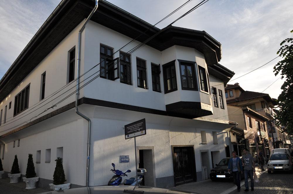 Prizren'de tarihi bir konak. Mimarisi çok tanıdık...