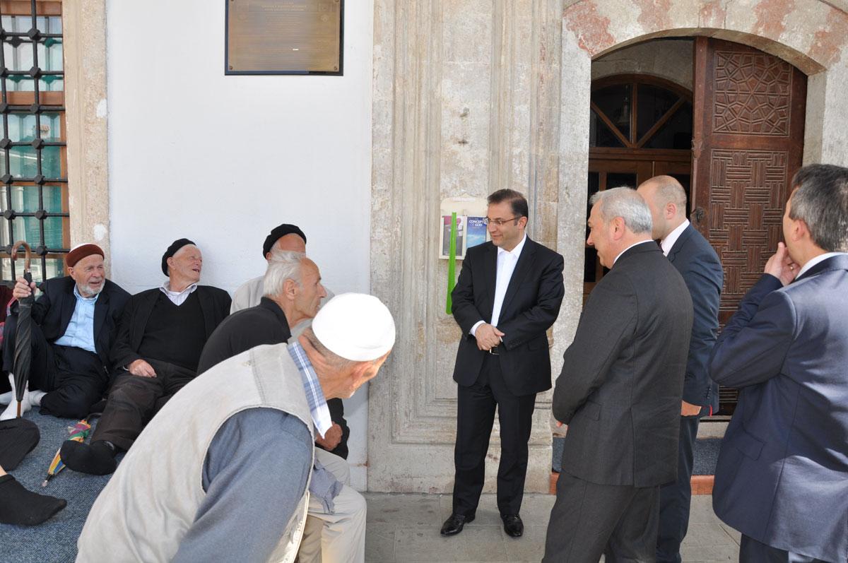 Fatih Camii çıkışında cemaatle sohbet
