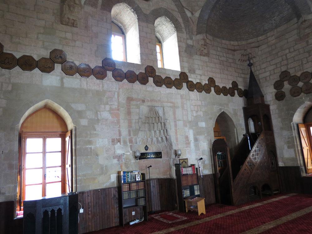 Bayraklı Camii'nin iç görünümü