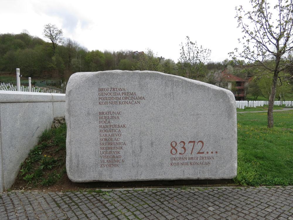 Srebrenitsa Şehitliği'nin girişindeki kitabe