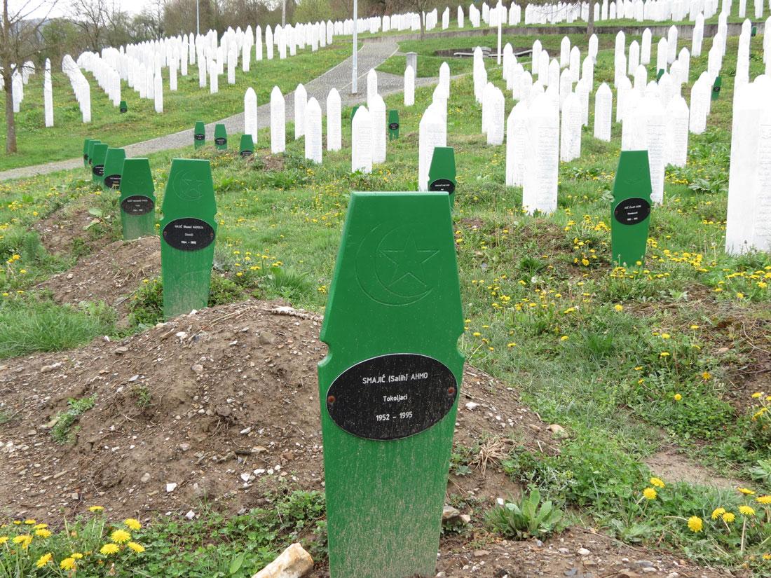 Srebrenitsa Şehitliği'de eski ve yeni mezarlar