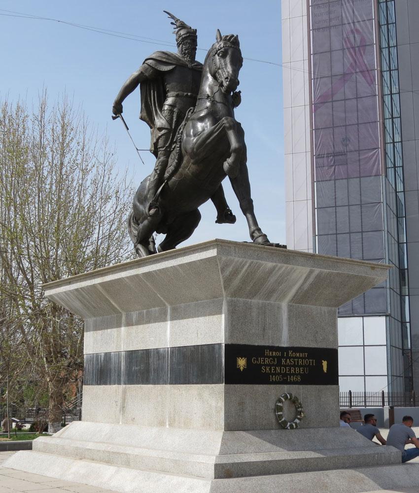 İskender Bey heykeli