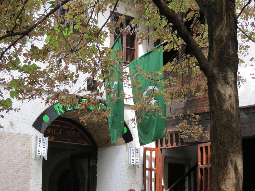 Moriča Han girişinde Bosna Sancağı'na ait bayraklar