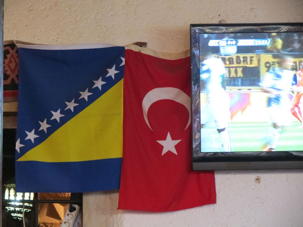 Birbirlerine çok yakışan bu iki bayrağı Bosna'da her yerde  yan yana görmek mümkün