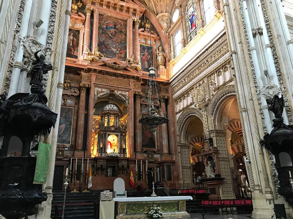 Caminin içinde bir katedral!