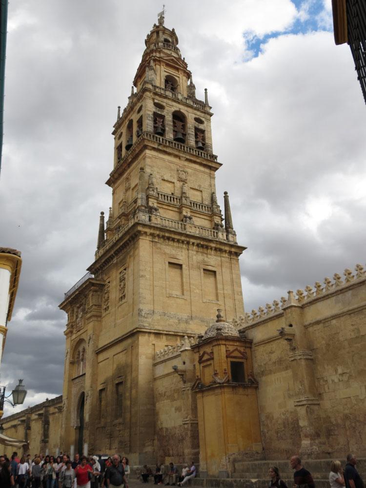 Kurtuba Camii'nin çan kulesine dönüştürülen minaresi