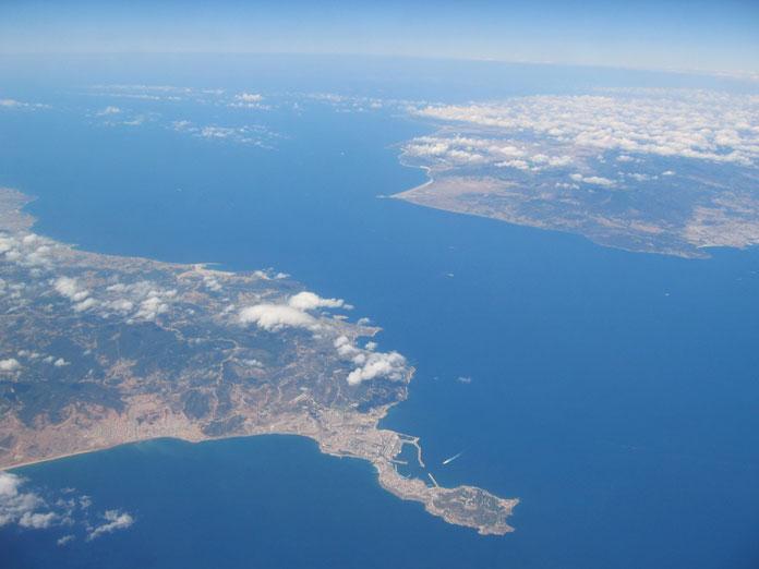 Uçaktan Cebelitarık boğazı: Sol cenah Fas, sağ cenah İspanya