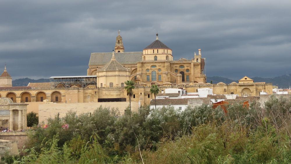 Guadalquivir Nehri'nin karşısından Kurtuba Camii'nin görünümü