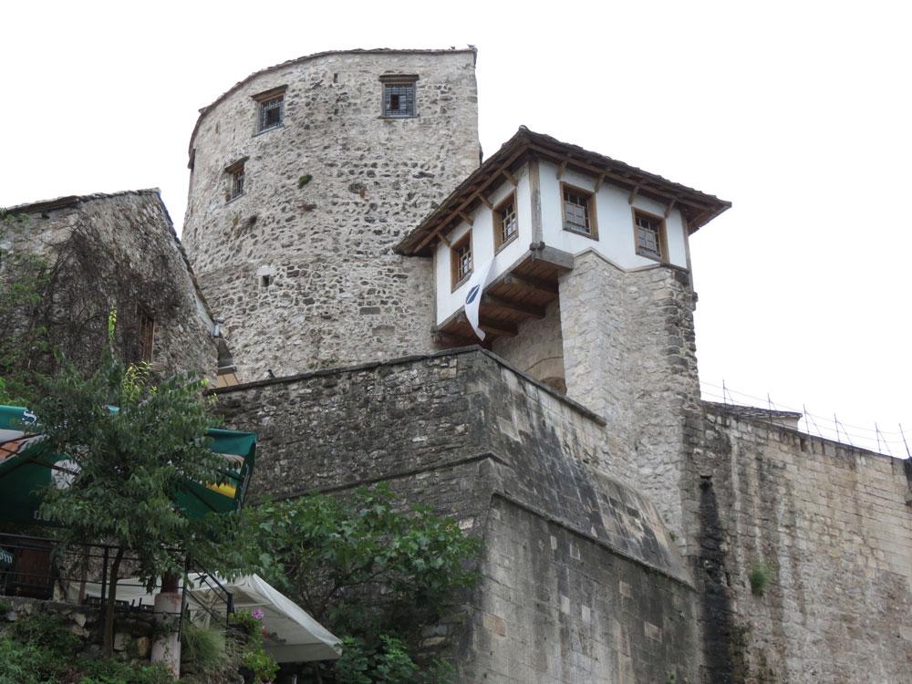 Mostar Köprüsü'nün ucundaki yapılar
