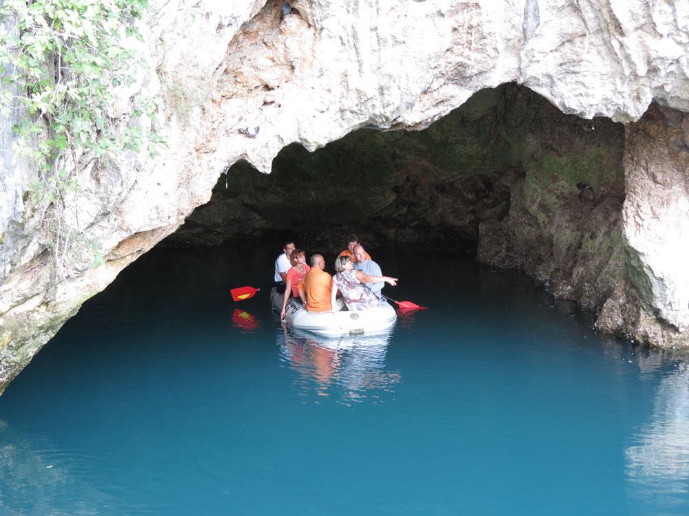 Suyun çıktığı mağaraya botla girilebiliyor