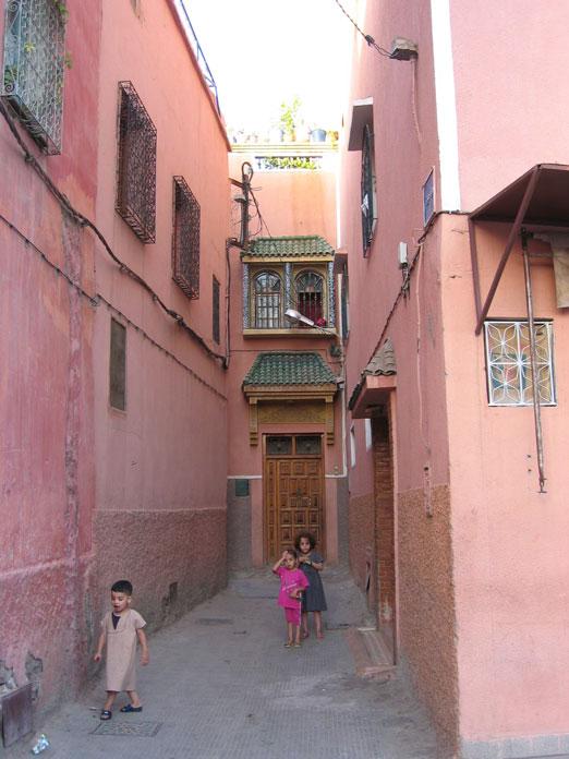 Medina sokaklarında oynayan çocuklar