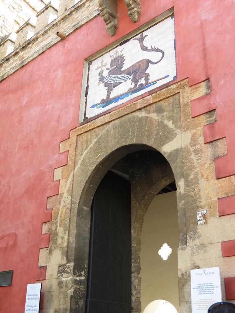 Real Alcazar'ın girişi