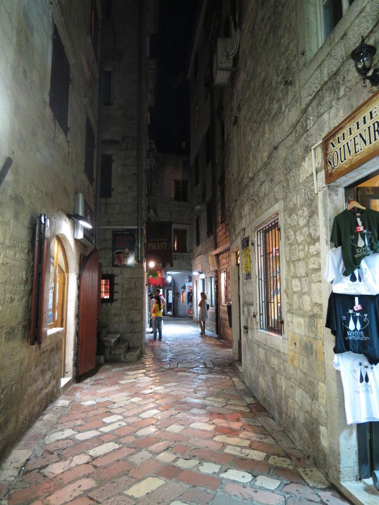 Kotor'un dar sokaklarından biri