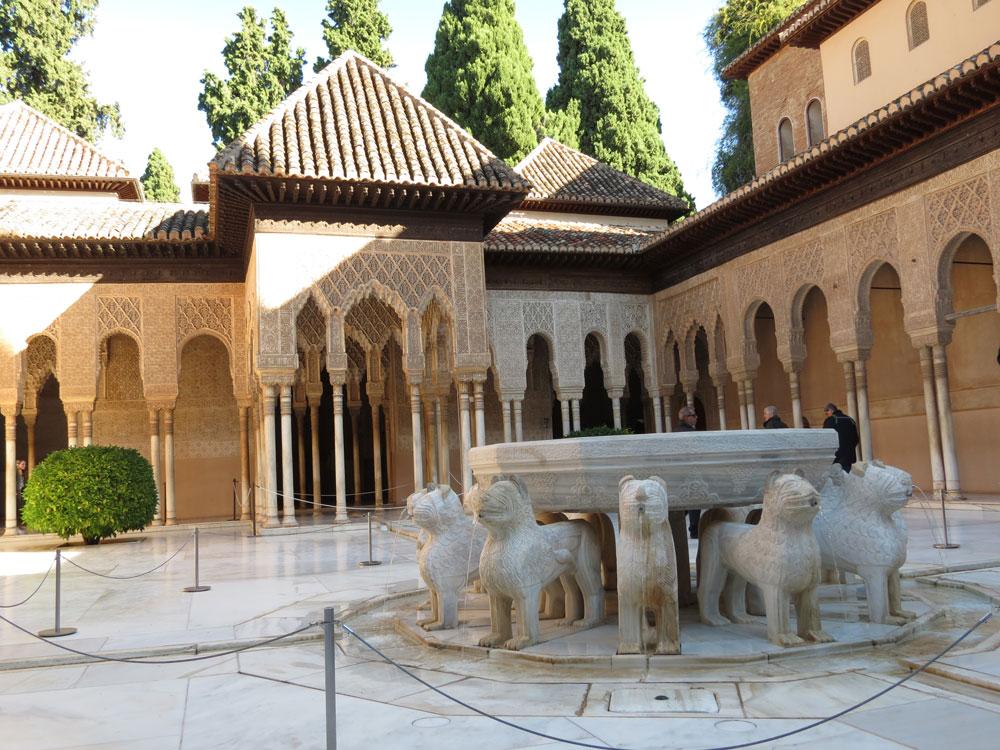 Nasrid Sarayı'nın içerisindeki Aslanlı Salon