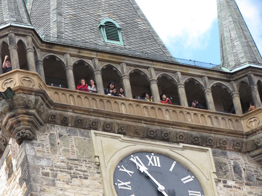 Astronomik Saat'in bulunduğu kulede meraklı turistler