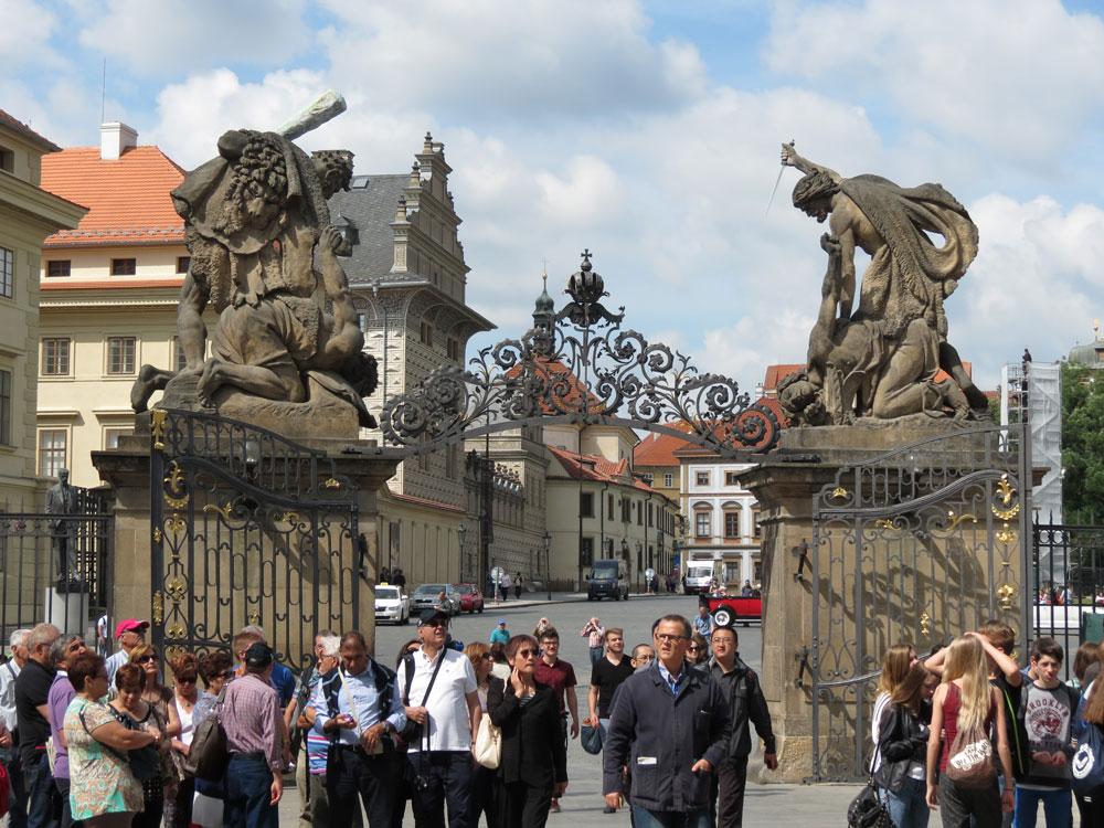 Prag Kalesi'nin kapılarından biri