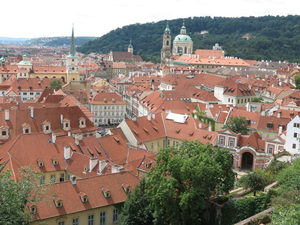 Kaleden inerken Küçük Şehir (Malá Strana) manzarası