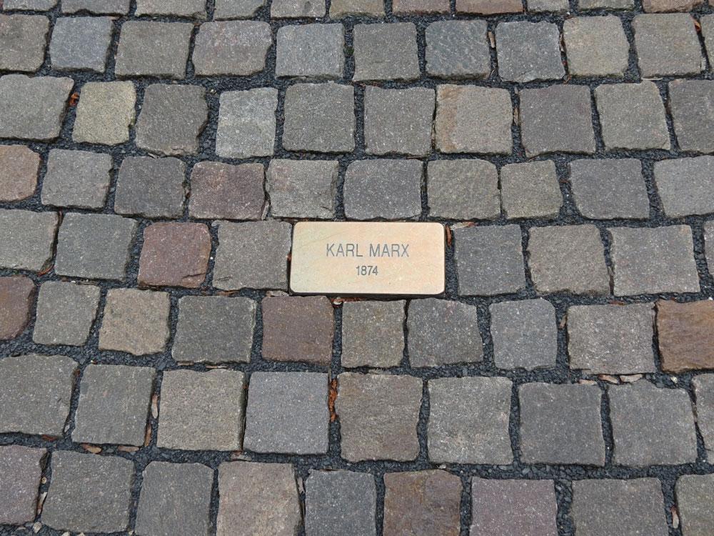 Karlovy Vary'ye yolu düşenleri adları zemine böyle işlenmiş
