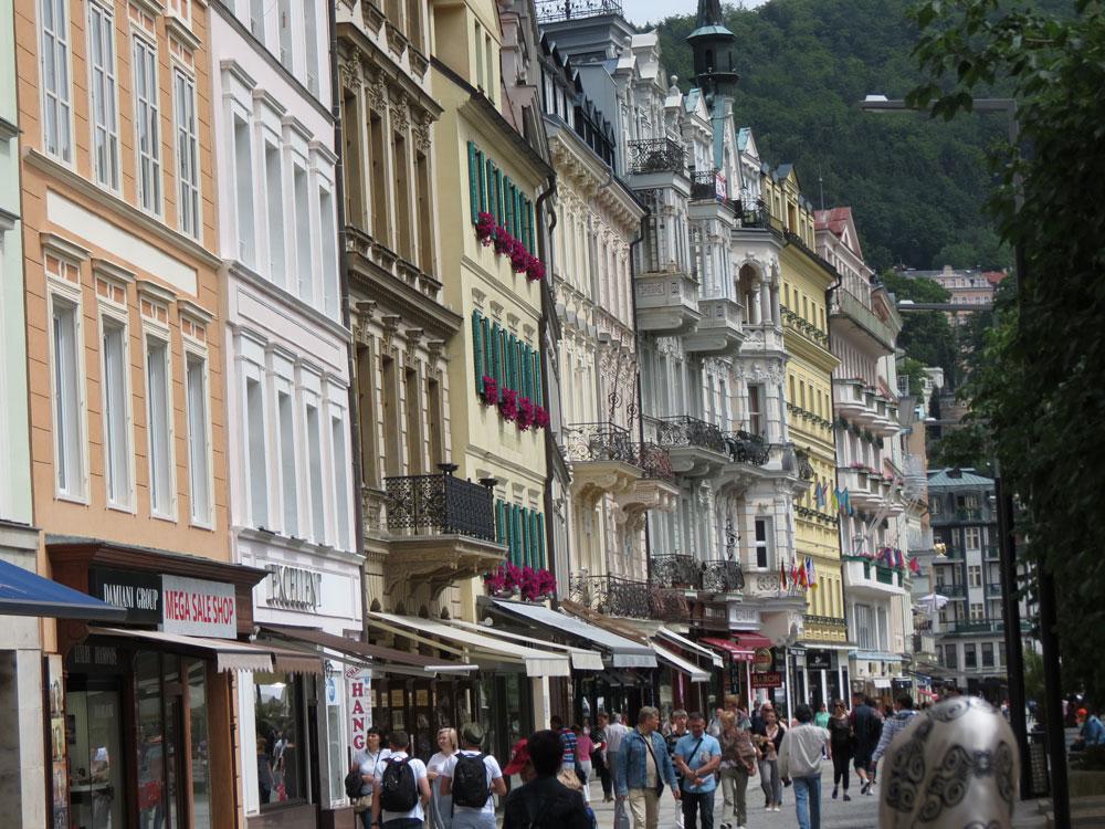 Karlovy Vary'nin renkli binaları