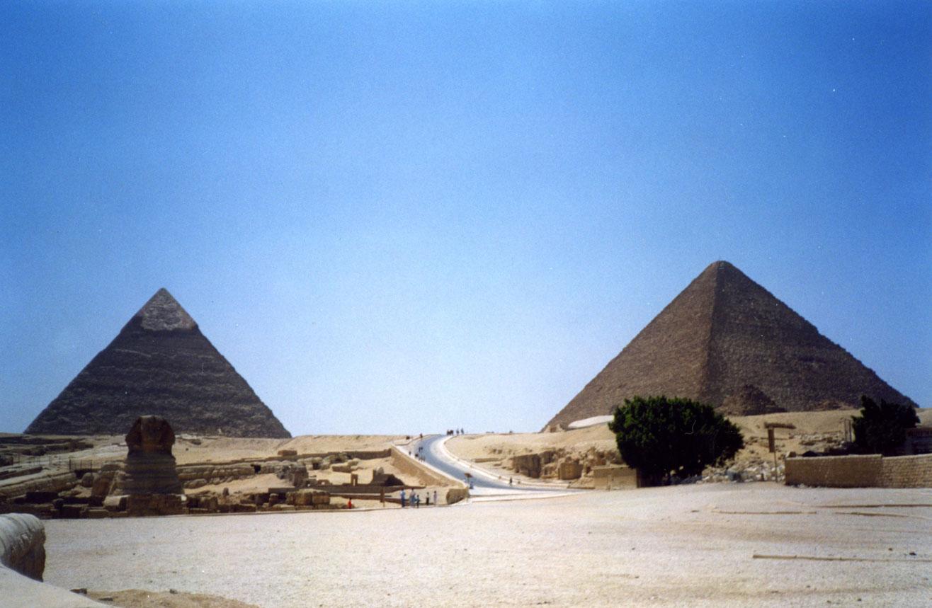 Gize bölgesinde Keops ve Kefren Piramitleri, en önde ise Sfenks