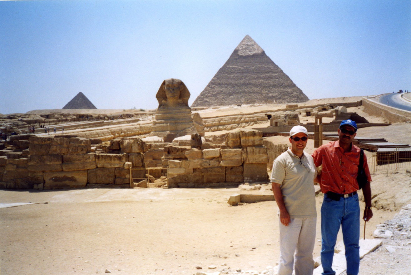 Sfenks ve Piramitlerin önünde rehberimizle