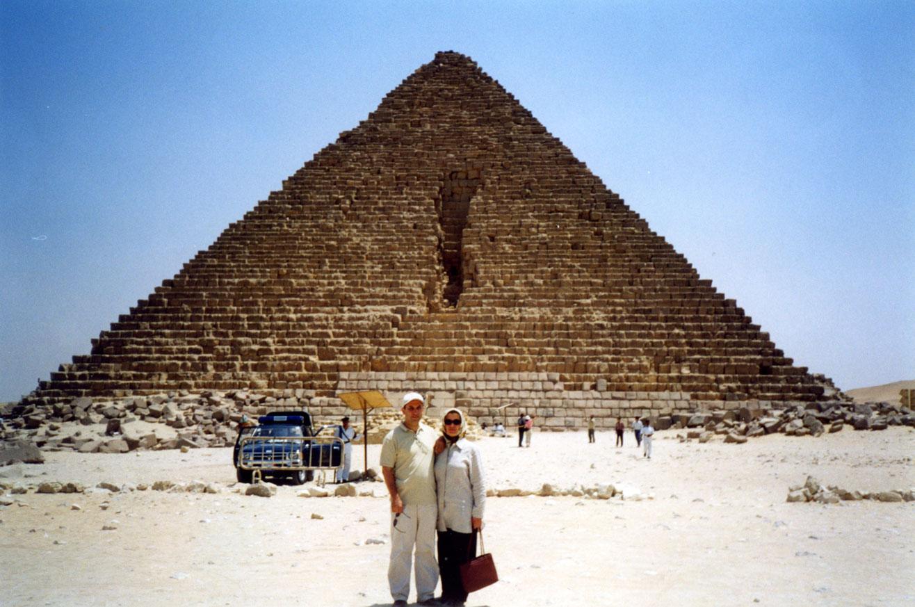 Keops Piramidi önünde poz