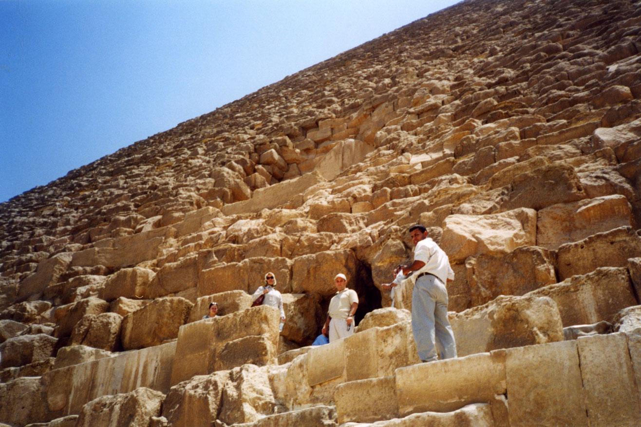 Keops Piramidi'nin giriş kapısında