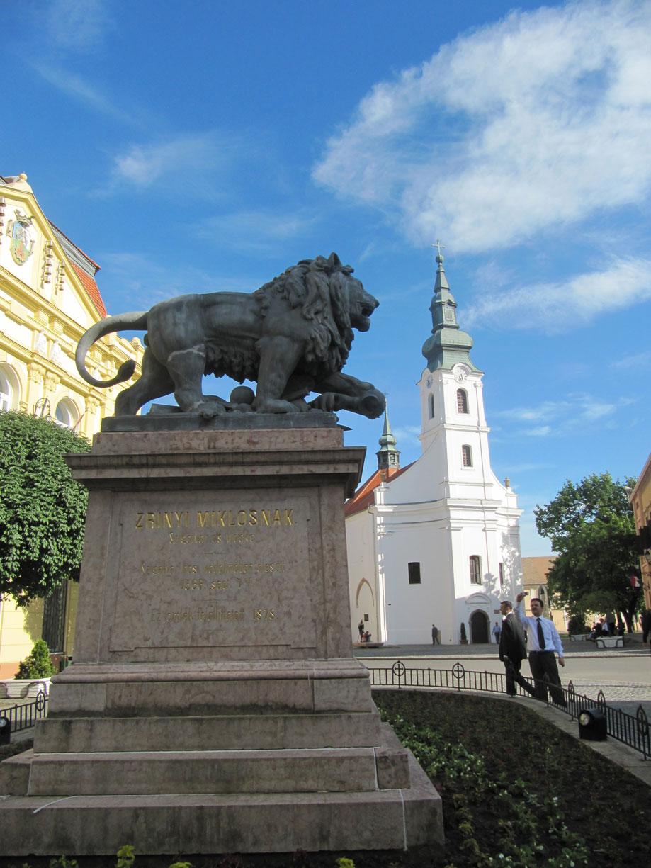 Zigetvar'da Miklós Zrínyi adına yapılmış heykel, arkaplanda ise Ali Paşa Camii yıkılarak yerine yapılan kilise