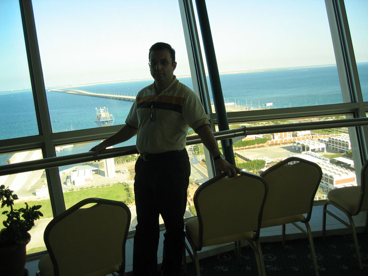 Kral Fahd Geçidi'nin ortasında Bahreyn'e ait adacıktaki kuledeyiz.