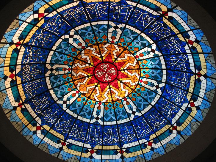 Kur'an Evi'nin vitraylı ve ayetli tavan süslemesi