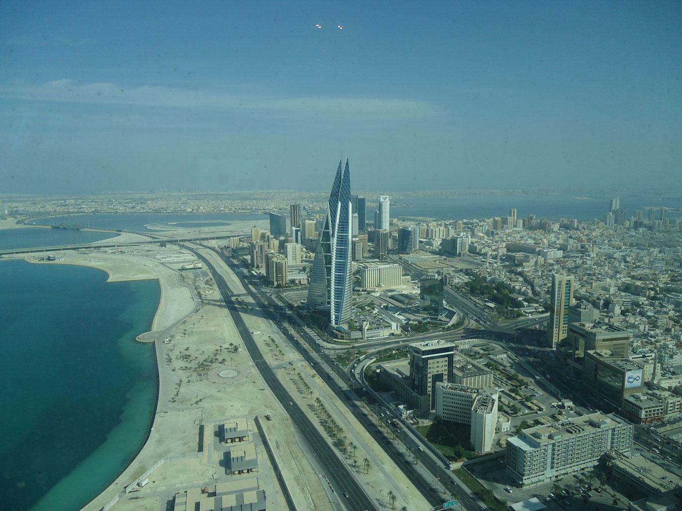 Manama manzarası. Sivri görünümlü ikiz kule Dünya Ticaret Merkezi.