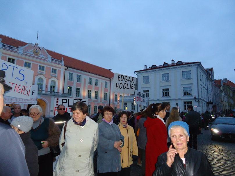 Parlamento önünde gösteri yapan amca ve teyzeler