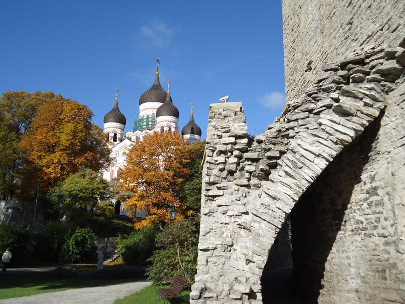 Tarihi surlar ve geride Aleksander Nevski Katedrali