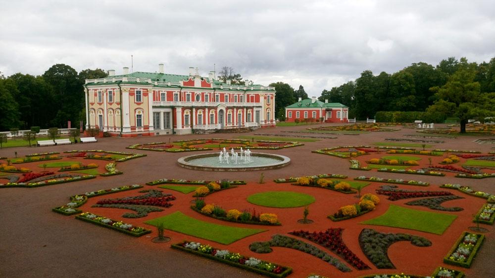 Kadriorg Parkı içerisinde Kadriorg Sarayı