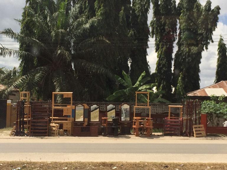 Sokakta mobilya satışı