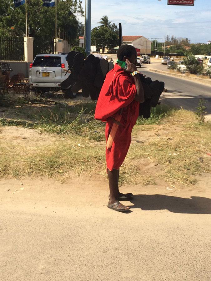 Bir Masai genci. Tipik Masailer genellikle daha ince ve uzun. Biz ancak bu arkadaşı fotoğraflayabildik.
