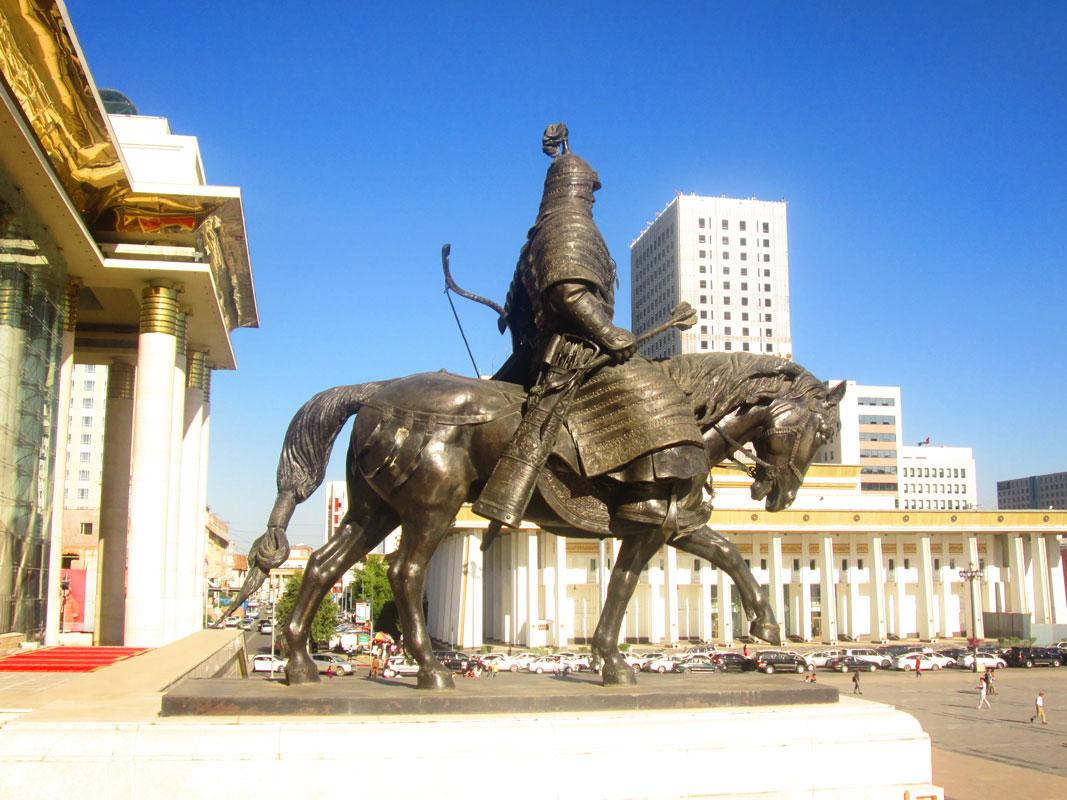 Hükümet Merkezi önünde Moğol savaşçısı heykeli