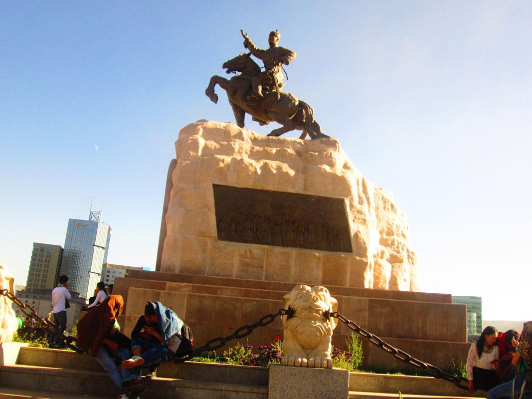 Meydanın ortasındaki Sühbatar Heykeli