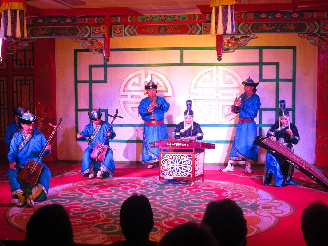 Tumen Enkh adlı grubun gösterisi