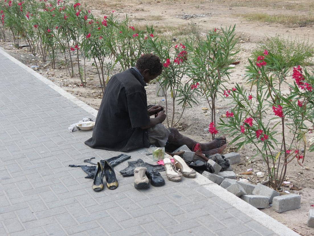 Sefaletin resmi: İkinci el ayakkabı tezgahı...