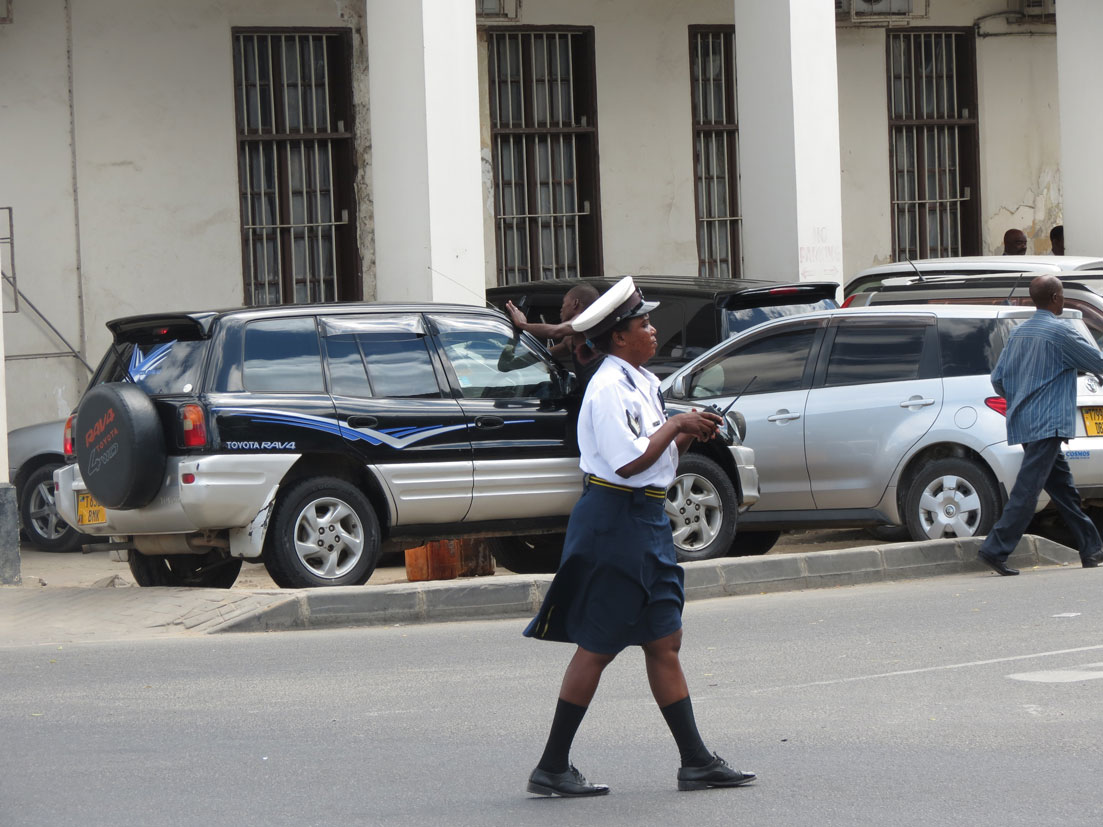 Darüsselam'da görevli kadın trafik polisi