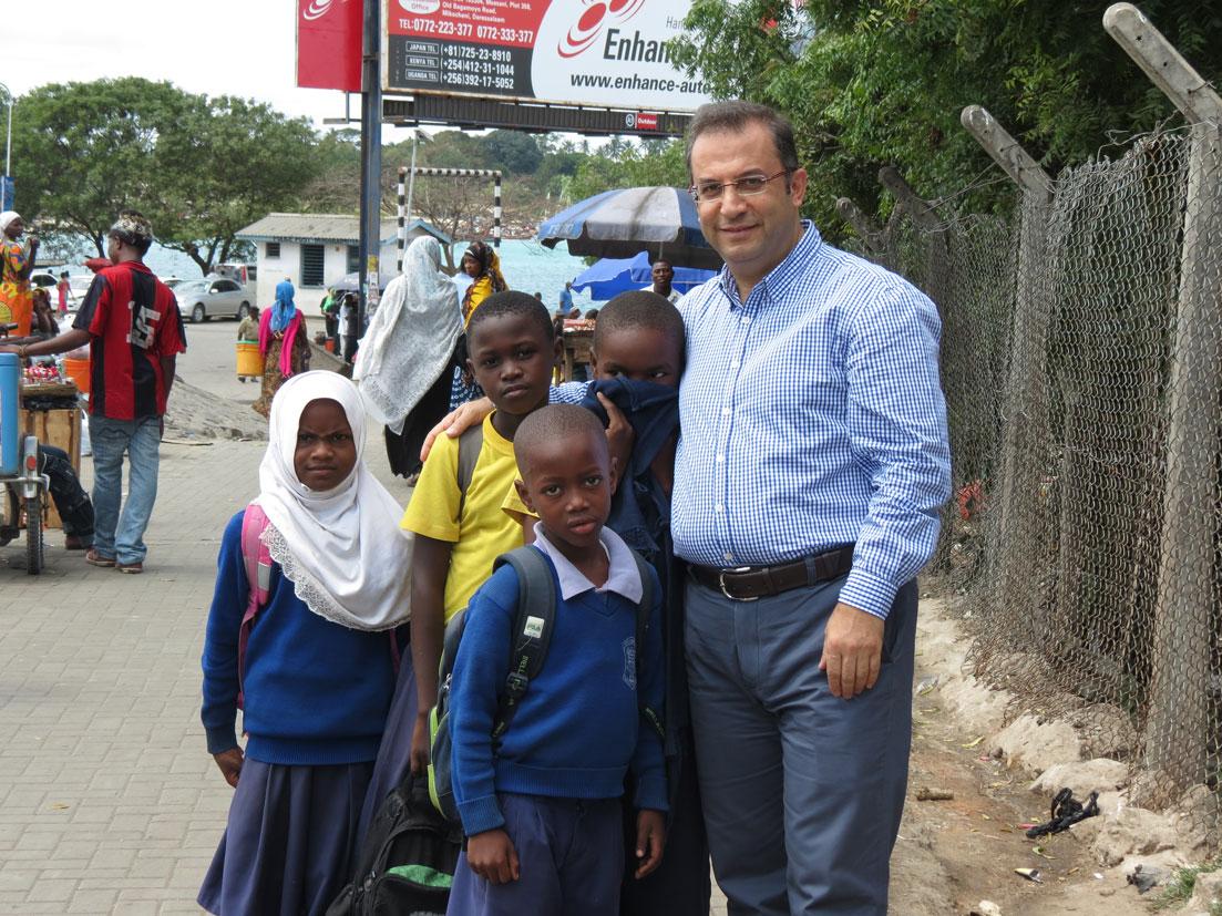 Eve dönen sevimli okul çocukları